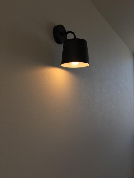 階段を上がったところに、オシャレな照明があります。郡山市安積町|郡山市 新築住宅 大原工務店のブログ