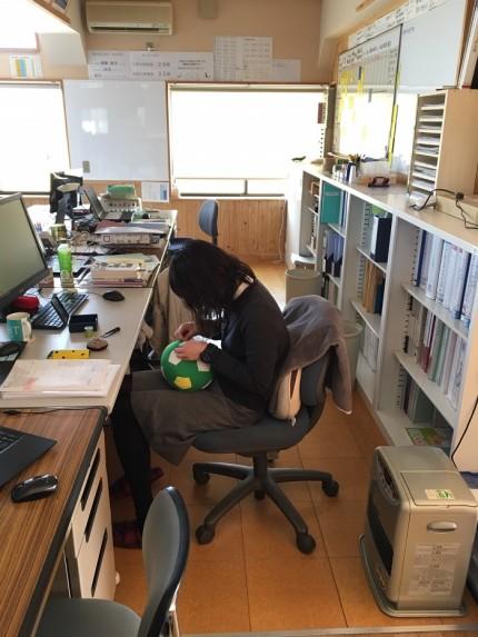 休憩中に裁縫をする設計の大和田です。郡山市安積町|郡山市 新築住宅 大原工務店のブログ