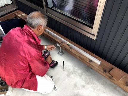 大引きの水平を見て鋼製束を固定する大工さん | 郡山市 新築住宅 大原工務店のブログ