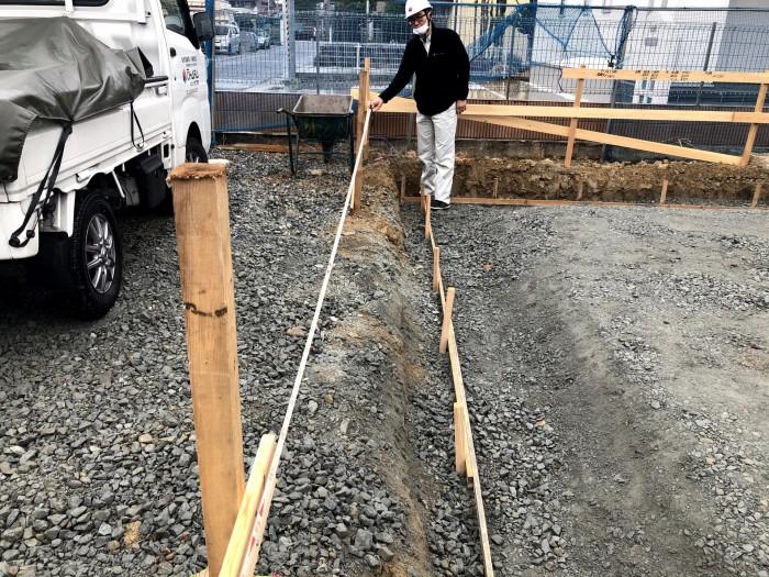 建物の総スパンを測っています。郡山市安積町H様邸  郡山市 新築住宅 大原工務店のブログ