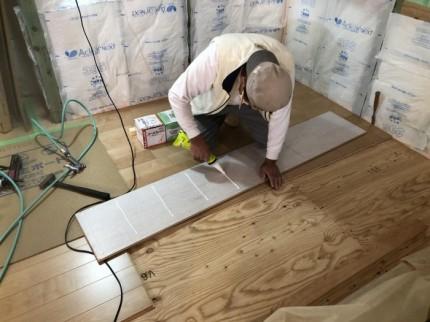 1枚1枚丁寧に大工さんが貼って行きます。郡山市昭和| 郡山市 新築住宅 大原工務店のブログ