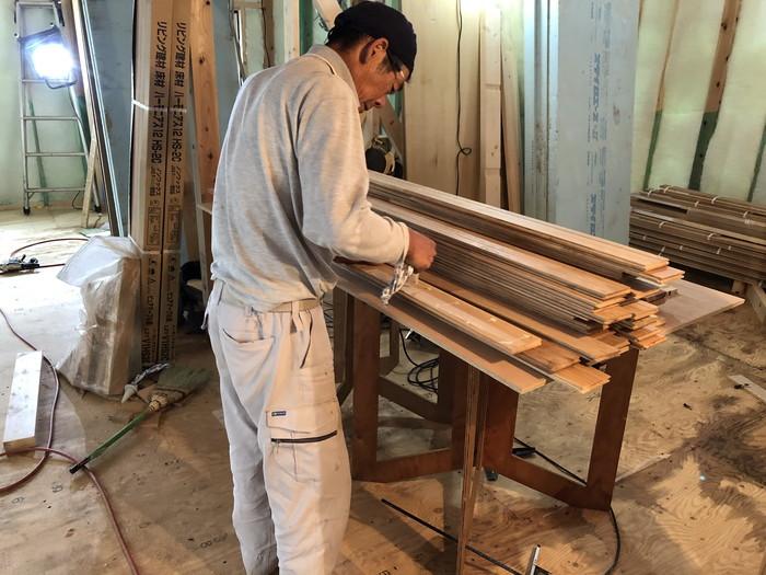 床板にボンドを付けます。|郡山市 新築住宅 大原工務店のブログ