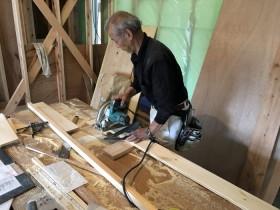パインの床板をカットしていきます。 郡山市 新築住宅 大原工務店のブログ