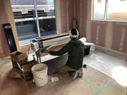 職人さんが手作業で壁紙を貼っていきます。郡山市富田町| 郡山市 新築住宅 大原工務店のブログ