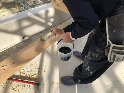 土台に防腐剤を塗っています 郡山市富久山町 |郡山市 新築住宅 大原工務店のブログ