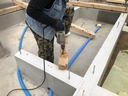 ドリルで穴を開けています 郡山市富久山町 |郡山市 新築住宅 大原工務店のブログ