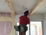 クロスを貼っています。郡山市開成| 郡山市 新築住宅 大原工務店のブログ