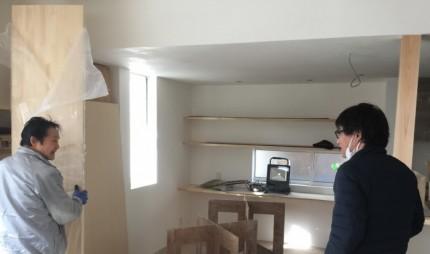 大工さんと会話する工務部加藤です。| 郡山市 新築住宅 大原工務店のブログ