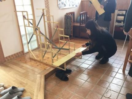 ひな壇を組み立てている黒須です。郡山市安積町|郡山市 新築住宅 大原工務店のブログ