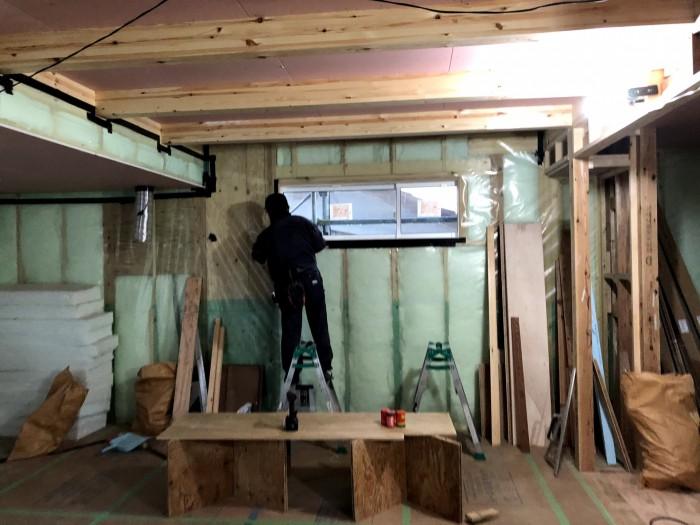 防湿気密シートを張っているところです。防湿気密シートを張っているところです。| 郡山市 新築住宅 大原工務店のブログ