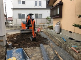 重機で土を掘ります。