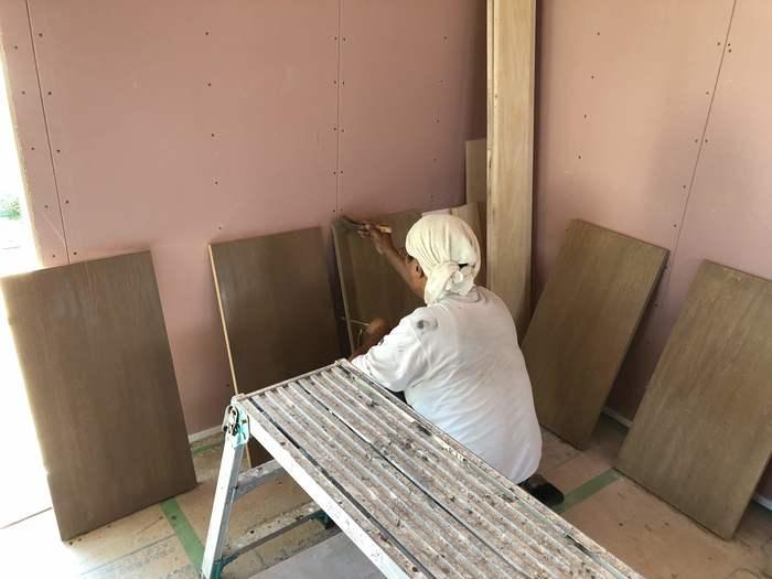 大原工務店で新築注文住宅建築中W様邸、棚板も塗装していきます。郡山市富久山町| 郡山市 新築住宅 大原工務店のブログ