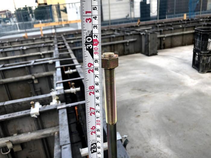 ホールダウン金物を測っています。郡山市安積町H様邸| 郡山市 新築住宅 大原工務店のブログ