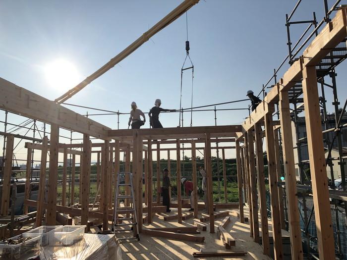 桁をレッカーで釣ります。 郡山市 新築住宅 大原工務店のブログ