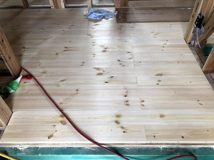 パイン材の床板施工です。|郡山市 新築住宅 大原工務店のブログ