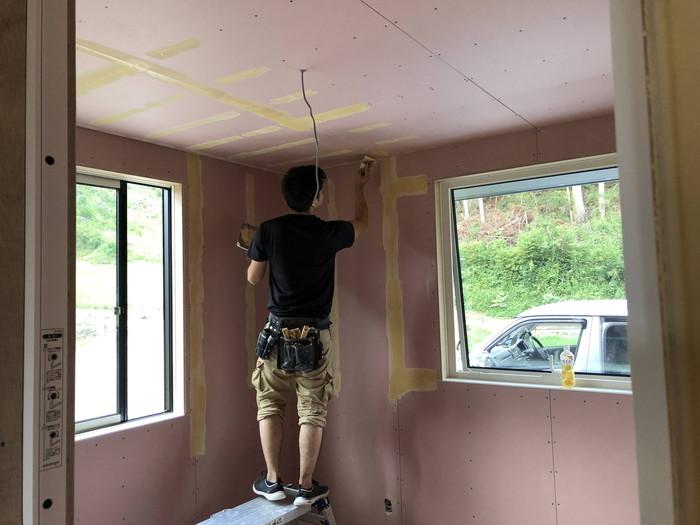 クロスのパテ処理です。 郡山市 新築住宅 大原工務店のブログ