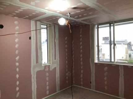 石膏ボードの繋ぎ目、ビスを打ったところに下地を塗ります。郡山市大槻町| 郡山市 新築住宅 大原工務店のブログ