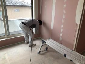 クロスを貼る前に下地材を塗っていきます。郡山市大槻町  郡山市 新築住宅 大原工務店のブログ