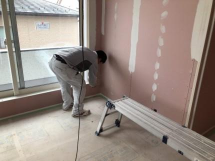 クロスを貼る前に下地材を塗っていきます。郡山市大槻町| 郡山市 新築住宅 大原工務店のブログ