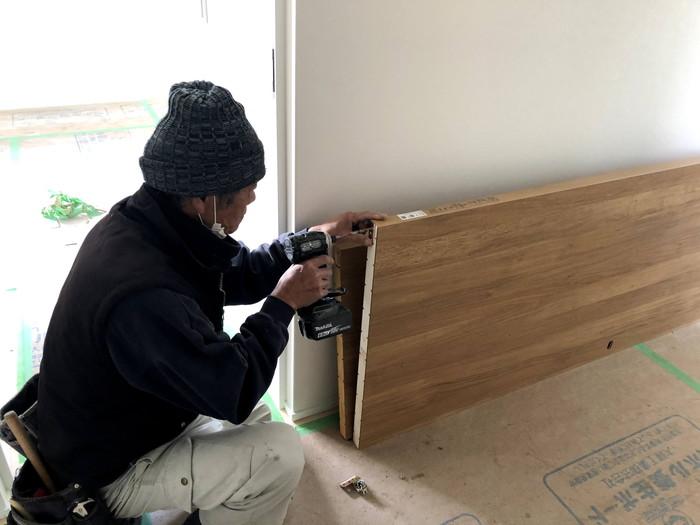 大工さんが金具を取り付けています。郡山市久留米K様邸| 郡山市 新築住宅 大原工務店のブログ
