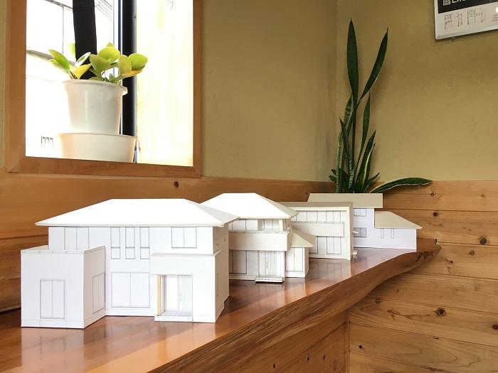 住宅模型が玄関でお出迎えします