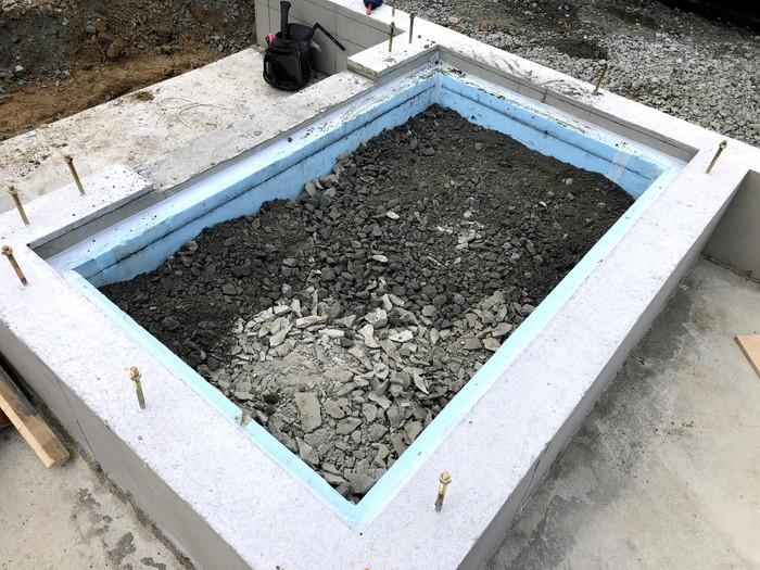 断熱材と砕石を敷いたら、土間の増し打ちをしていきます。郡山市安積町| 郡山市 新築住宅 大原工務店のブログ