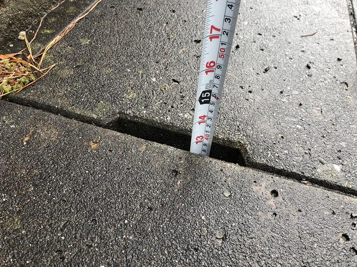 U字溝の深さを測っています 郡山市片平町 |郡山市 新築住宅 大原工務店のブログ