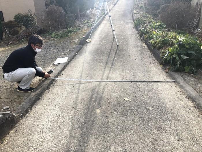 前面道路の幅員を測っています。郡山市荒井町| 郡山市 新築住宅 大原工務店のブログ