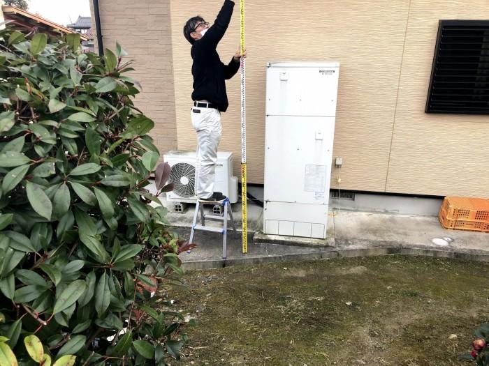 隣地の高さを測っています。郡山市荒井町| 郡山市 新築住宅 大原工務店のブログ