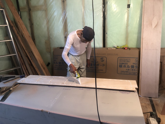 フローリングにボンドを付けます。|郡山市 新築住宅 大原工務店のブログ