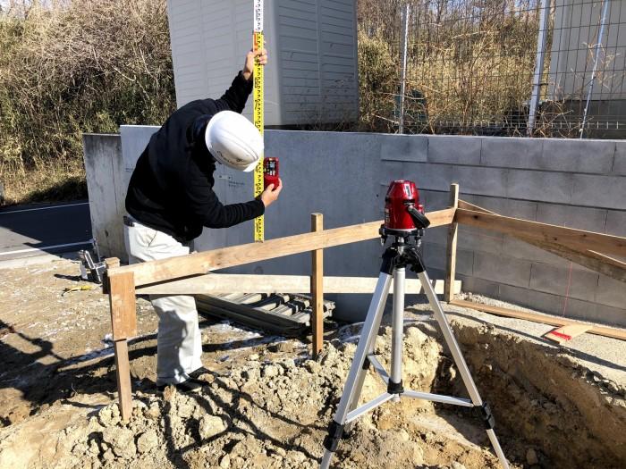 丁張りの高さを測っていきます。須賀川市森宿| 郡山市 新築住宅 大原工務店のブログ
