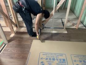 フローリングの寸法を測ります。 郡山市 新築住宅 大原工務店のブログ