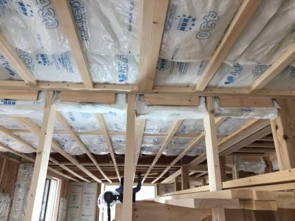 天井に断熱材を充填 | 郡山市 新築住宅 大原工務店のブログ