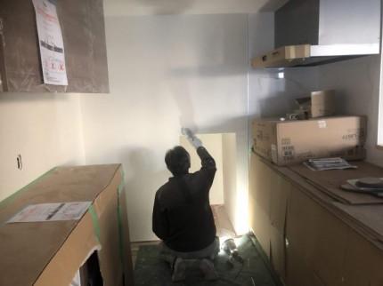細かい部分も念入りに塗っていきます。郡山市昭和| 郡山市 新築住宅 大原工務店のブログ