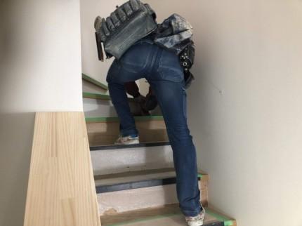 階段の蹴込みをクロスで仕上げます。郡山市大槻町| 郡山市 新築住宅 大原工務店のブログ