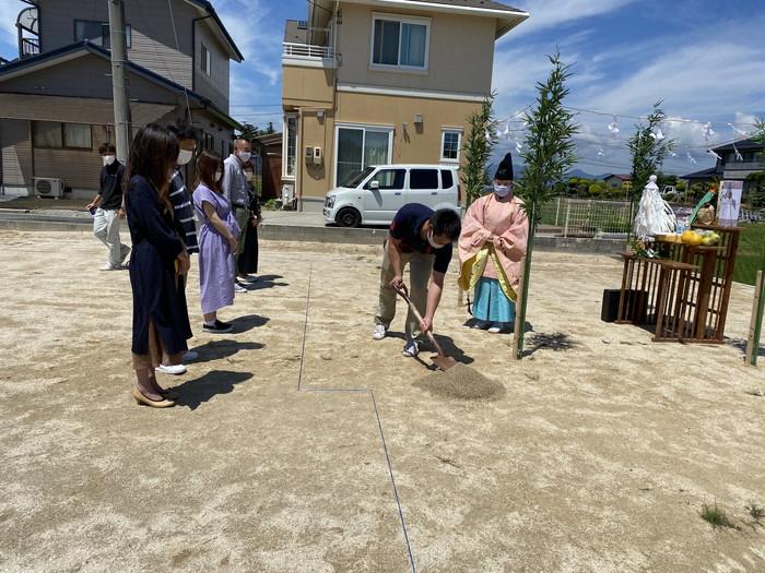 鍬入れの儀を行っている様子です。須賀川市森宿  郡山市 新築住宅 大原工務店のブログ