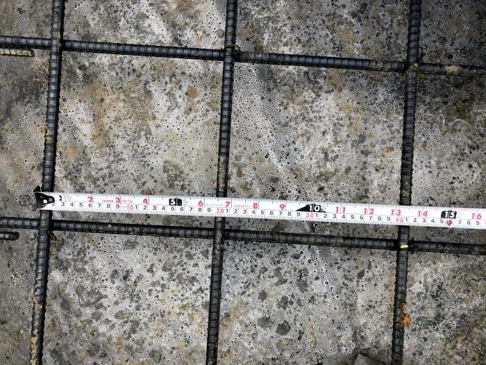 基礎スラブ配筋のピッチをチェックしています。郡山市深沢  郡山市 新築住宅 大原工務店のブログ