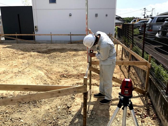 丁張の高さを計測しています 郡山市安積町 |郡山市 新築住宅 大原工務店のブログ