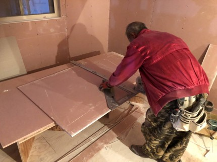 石膏ボードを切ります。|郡山市 新築住宅 大原工務店のブログ