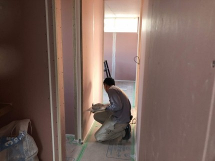 職人さんが、コテを使って下地処理をしていきます。郡山市昭和| 郡山市 新築住宅 大原工務店のブログ