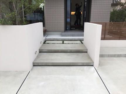 オシャレなコンクリート打ちっぱなしの外構階段