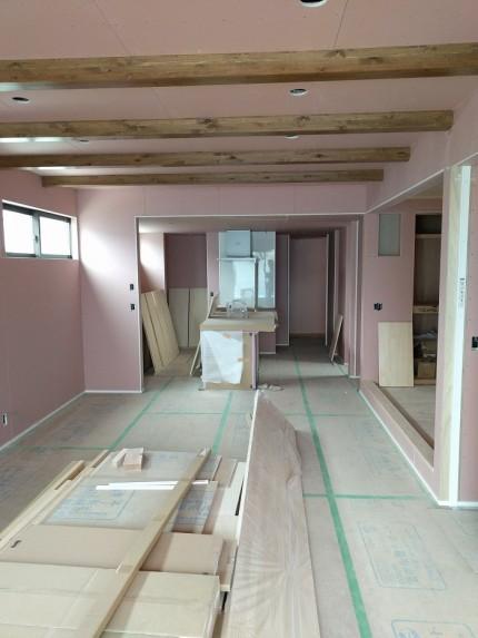 リビングの様子です。梁の塗装が素敵です。郡山市小原田|郡山市 新築住宅 大原工務店のブログ