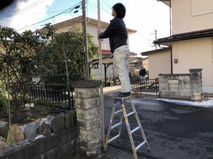 塀の高さを測っていきます。郡山市喜久田町| 郡山市 新築住宅 大原工務店のブログ