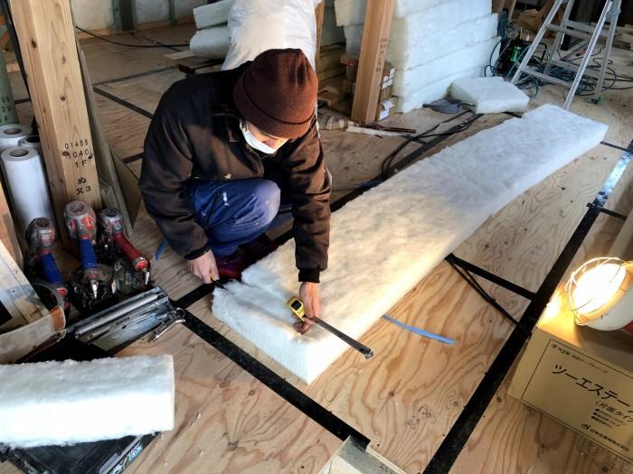 断熱材をサイズごとに切っていきます。郡山市安積町  郡山市 新築住宅 大原工務店のブログ