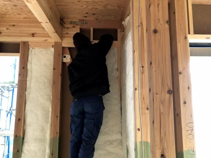 断熱材を敷き詰めていきます。郡山市安積町  郡山市 新築住宅 大原工務店のブログ