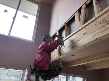 吹き抜け見切りの取付です。 郡山市 新築住宅 大原工務店のブログ