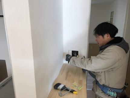 電気屋さんがコンセントを取り付けています 郡山市昭和 |郡山市 新築住宅 大原工務店のブログ