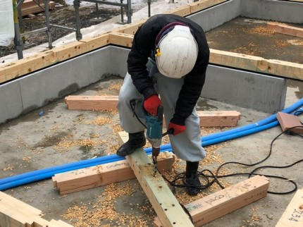 土台に穴をあけています。|郡山市 新築住宅 大原工務店のブログ