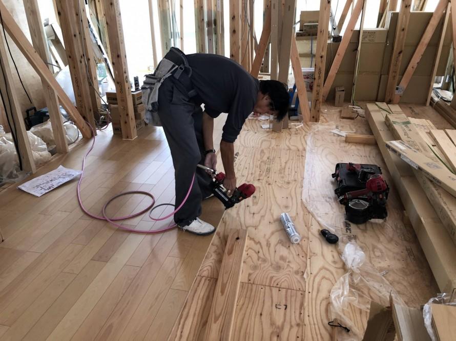 フロアタッカー打ち込み中|郡山市 新築住宅 大原工務店のブログ