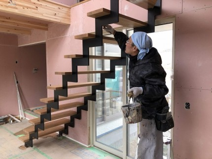 階段の踏み板を塗装しています 郡山市富久山町  郡山市 新築住宅 大原工務店のブログ